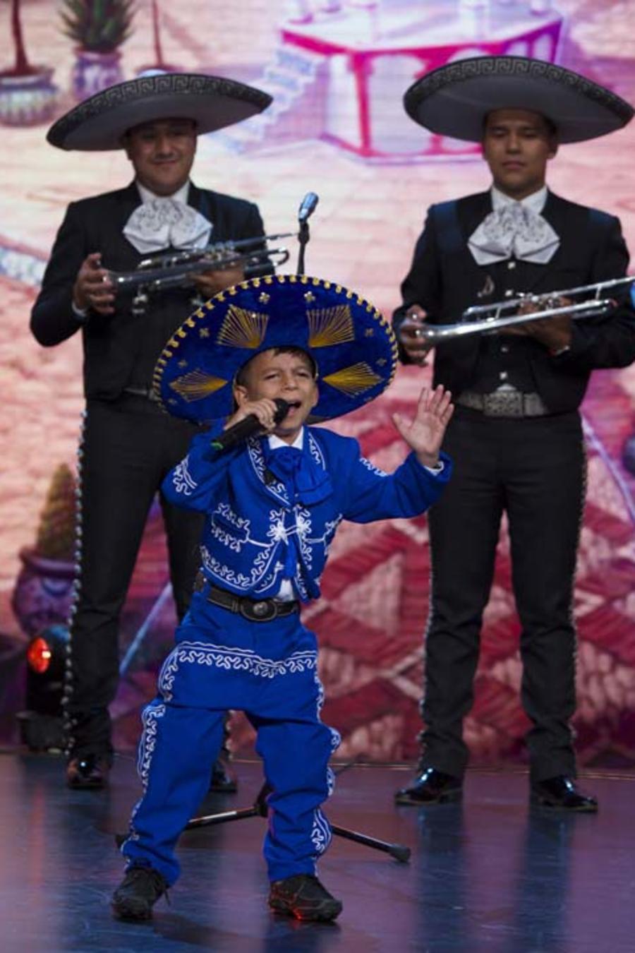 Marlo Yasir Pastor cantando en Siempre Niños