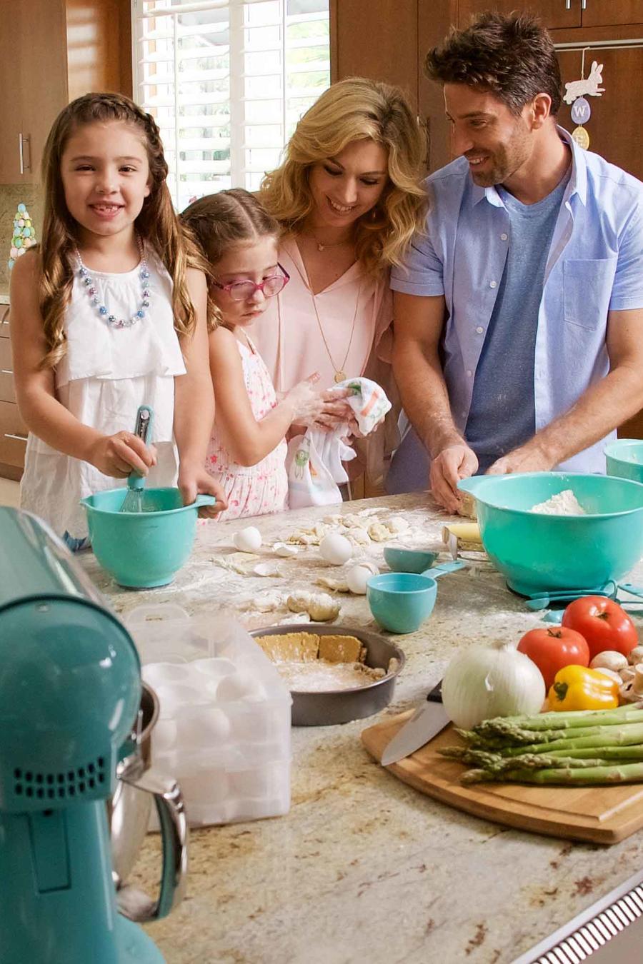 Familia reunida en la cocina