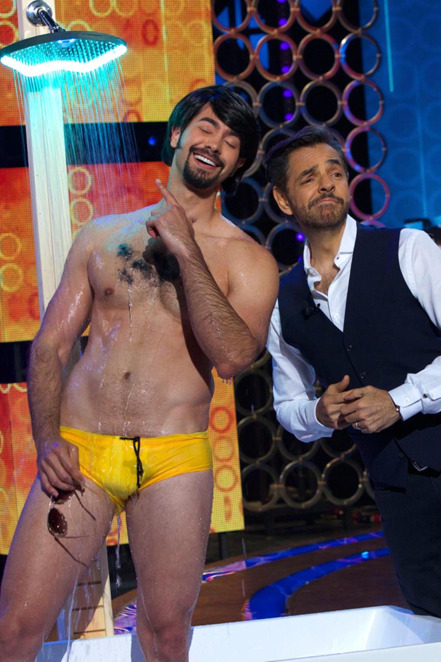 Eugenio Derbez recibe una ducha de regalo en Don Francisco Te Invita