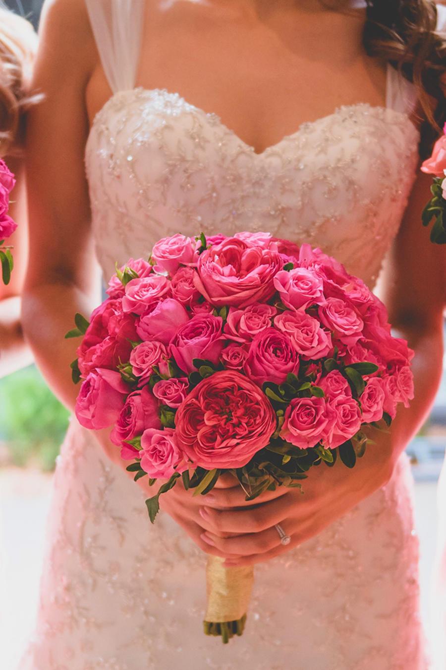 Novia y damas de honor con sus ramos hechos con rosas.
