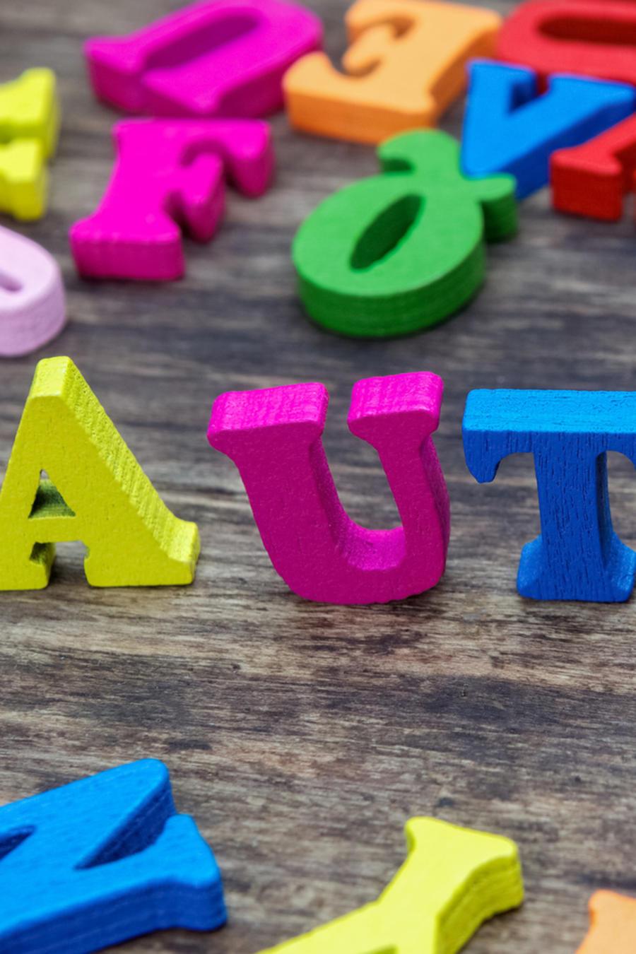 """Letras de madera formando la palabra """"autismo"""""""