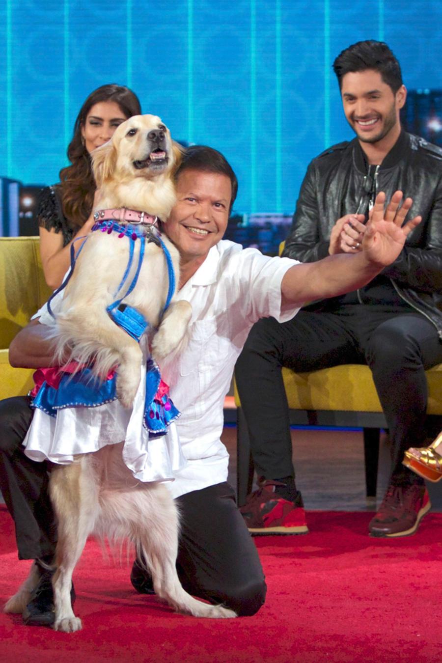 José Fuentes baila con su perrita Sindy