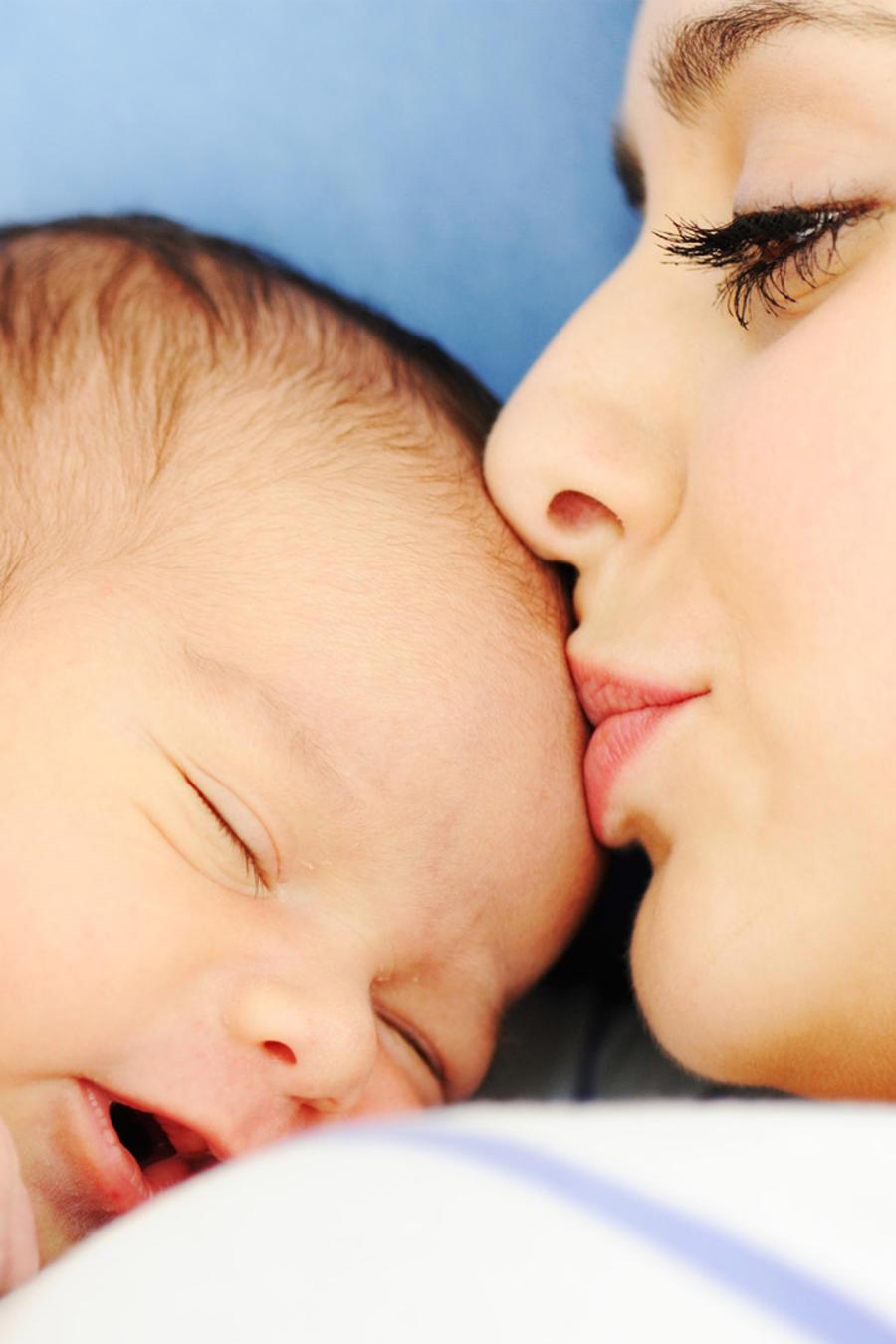 Mujer sosteniendo a un recién nacido