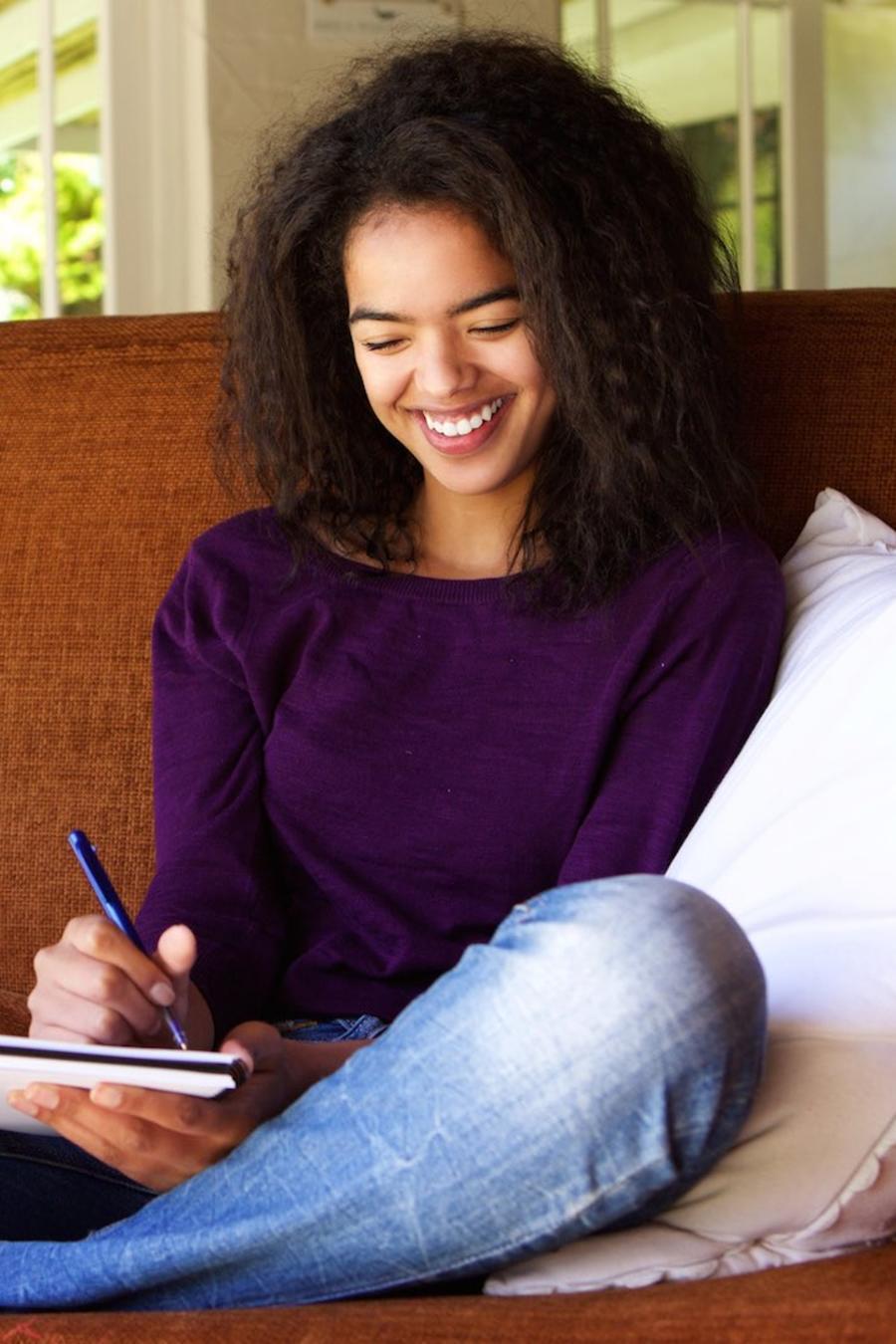 Chica joven escribiendo en su diario