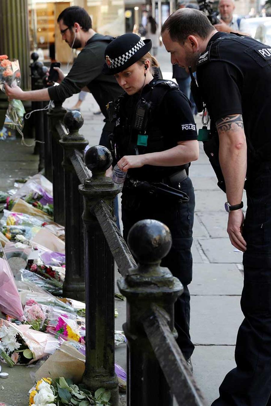 Policías dejan flores en un conmemoración a las víctimas del atentado en el concierto de Ariana Grande que dejó al menos 22 muertos en Manchester el Lunes 22 de mayo del 2017
