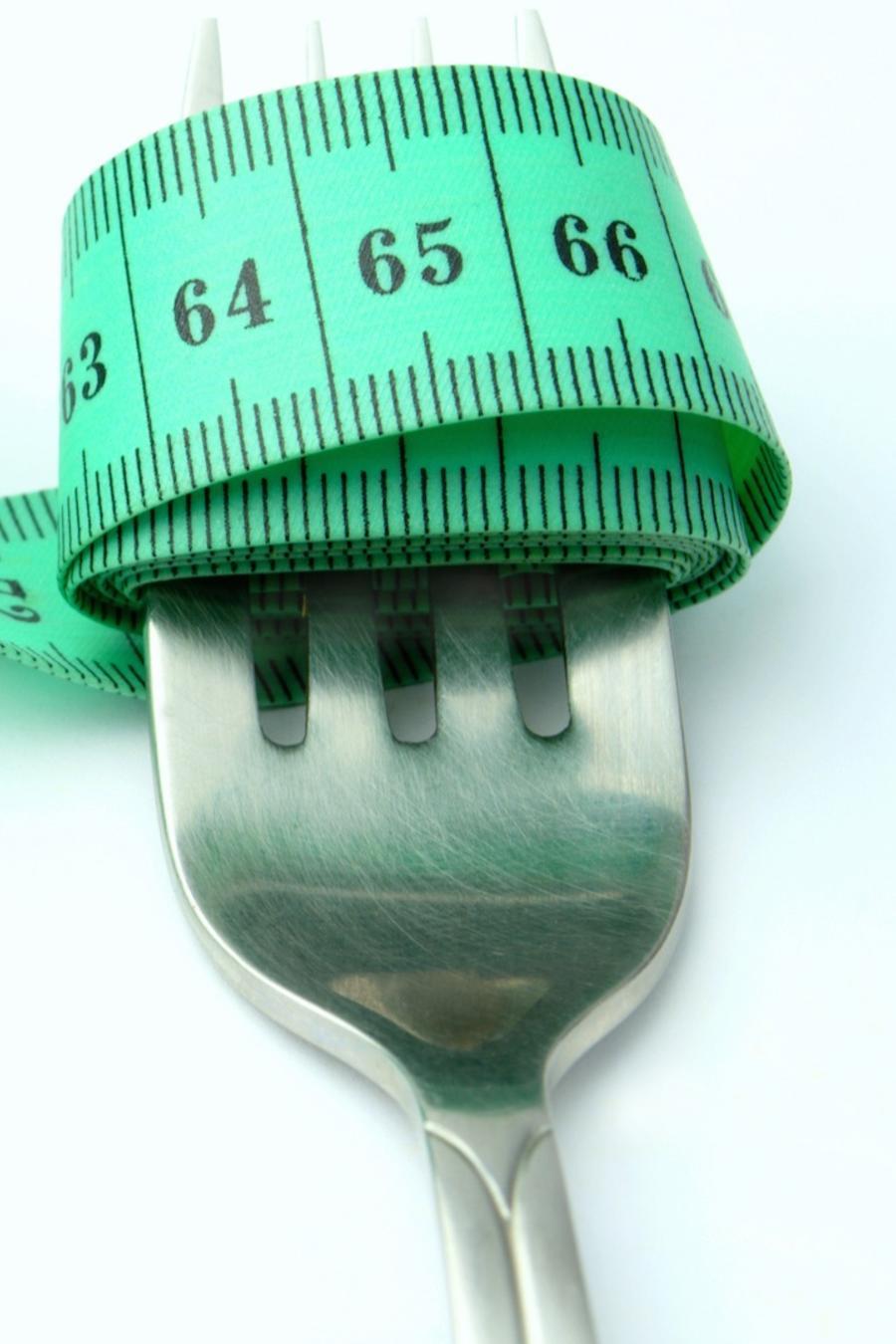 Tenedor con cinta métrica enrollada