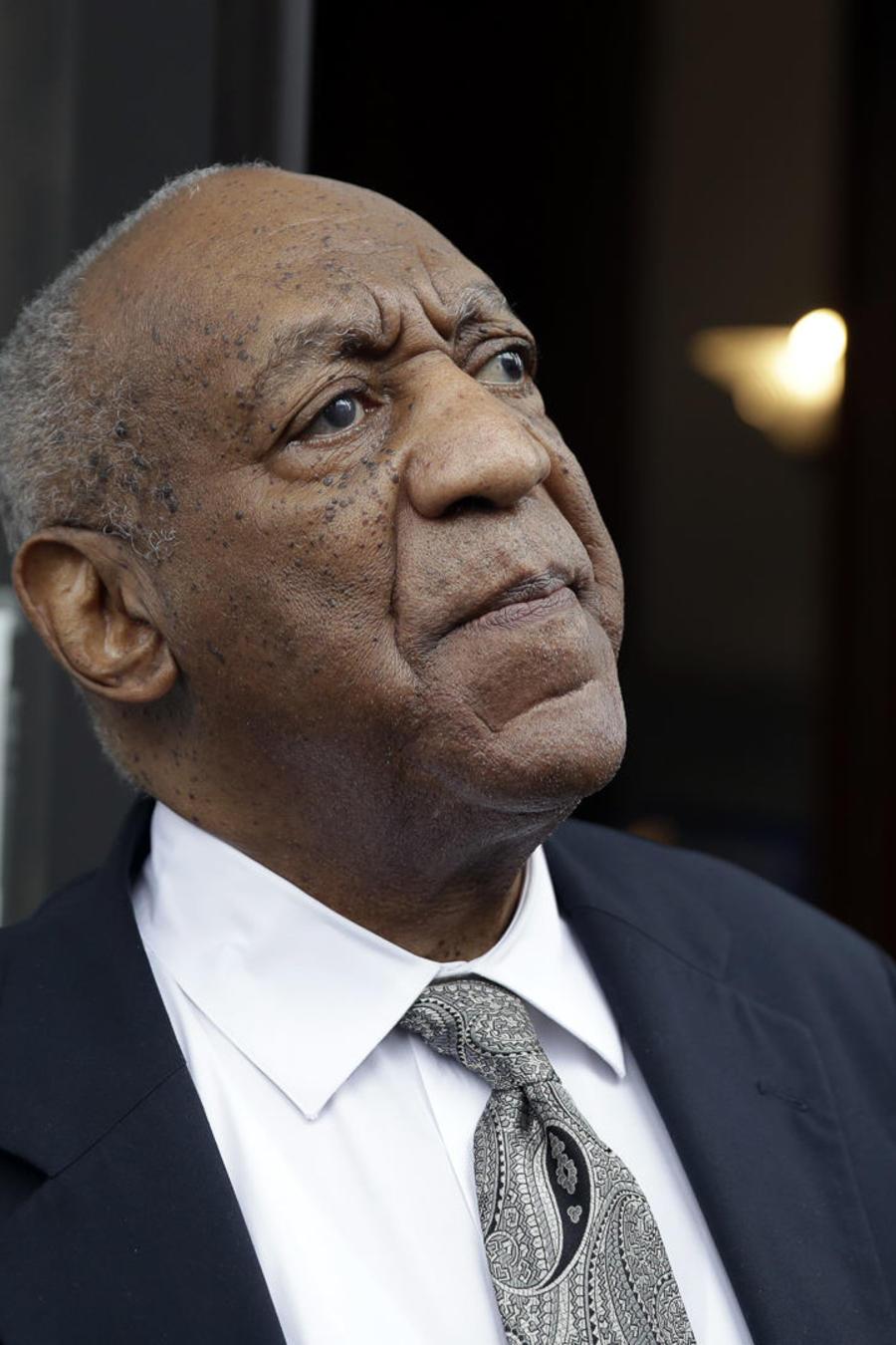 Bill Cosby a la salida del Tribunal del Condado de Montgomery después de que se declarara nulo el juicio en Norristown, Pensilvania, 2017.
