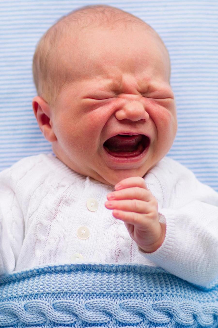 Bebé con mantita llorando