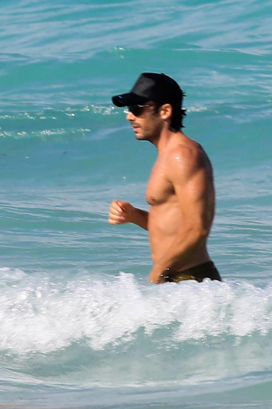 Aarón Díaz y su esposa Lola Ponce disfrutaron de un día de playa en Miami, los dos lucieron sus bien trabajados cuerpos.