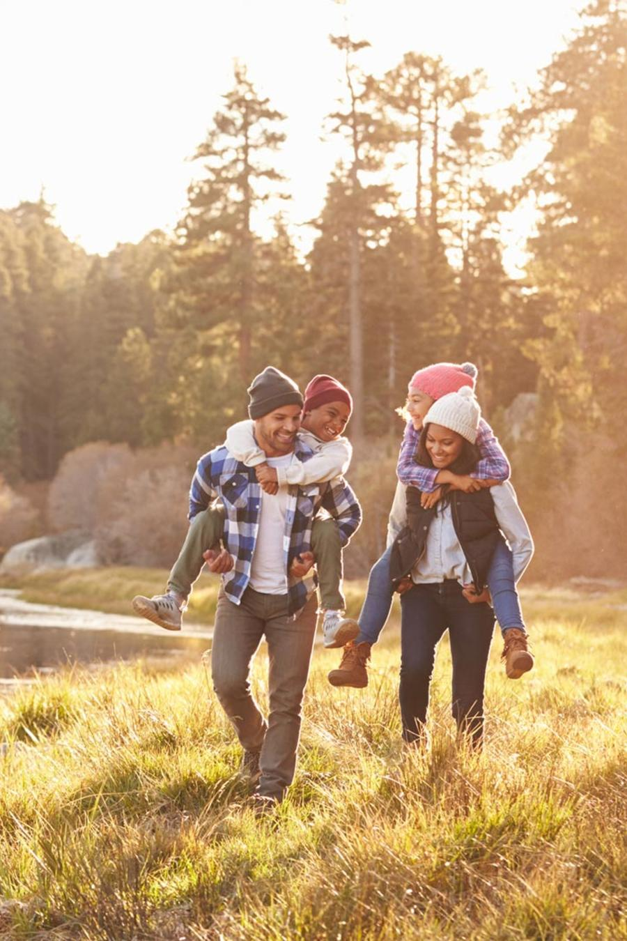 Familia caminando por el bosque