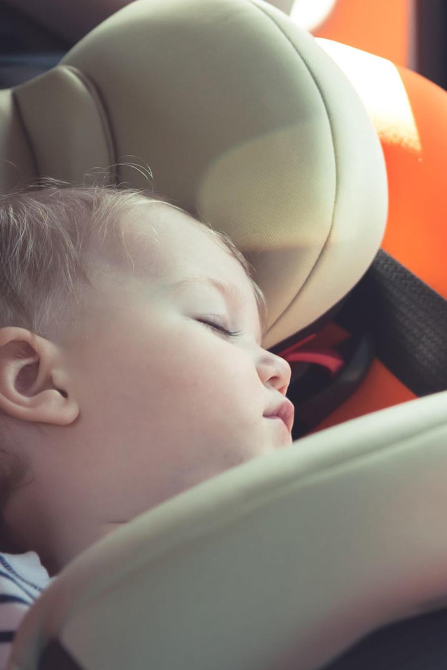 Bebé dormido en el asiento trasero