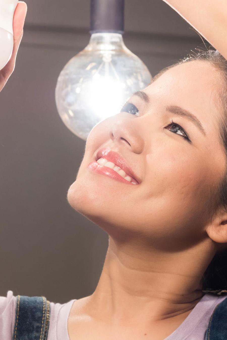 Mujer cambiando bombillas