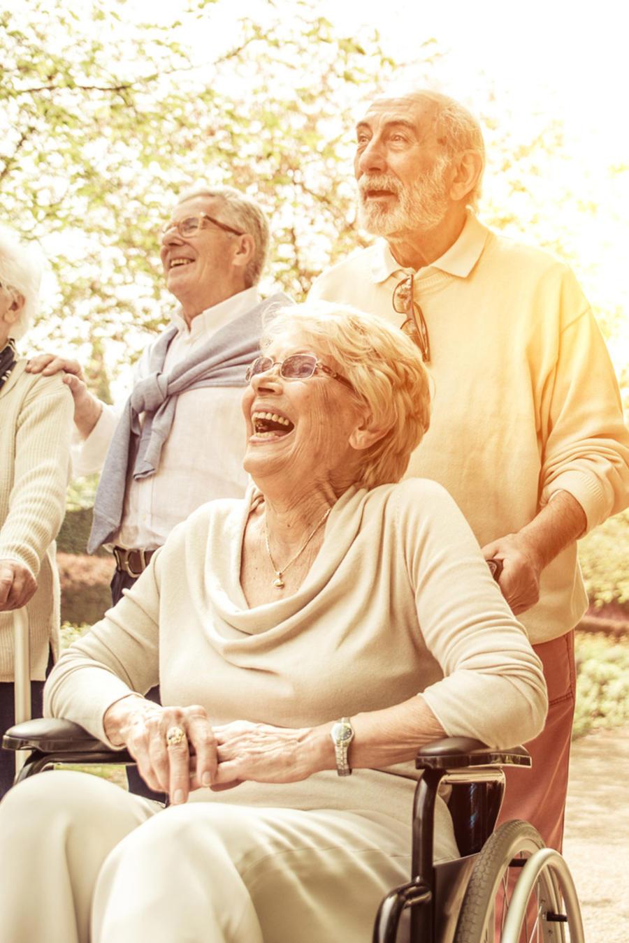 Grupo de adultos mayores riendo