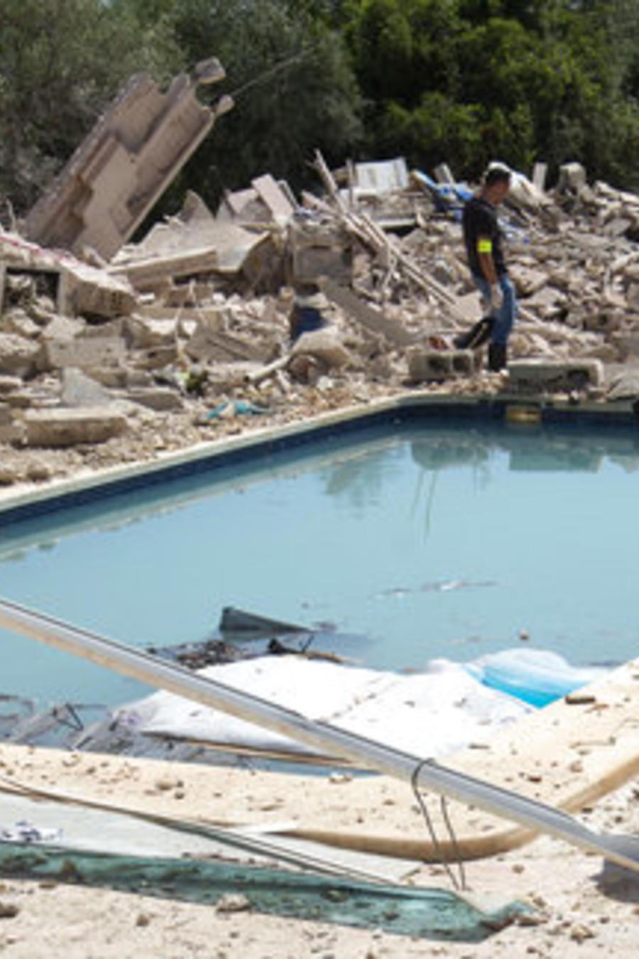 """Escombros en la casa de Alcanar donde los terroristas al parecer preparaban la bomba """"Madre de Satán""""."""
