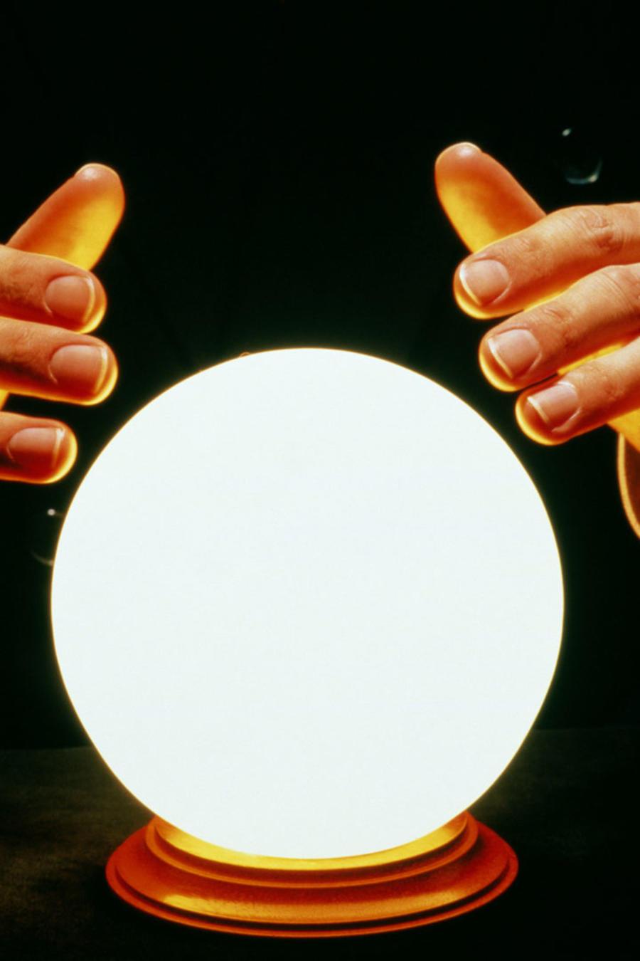 Hombre con una bola de cristal