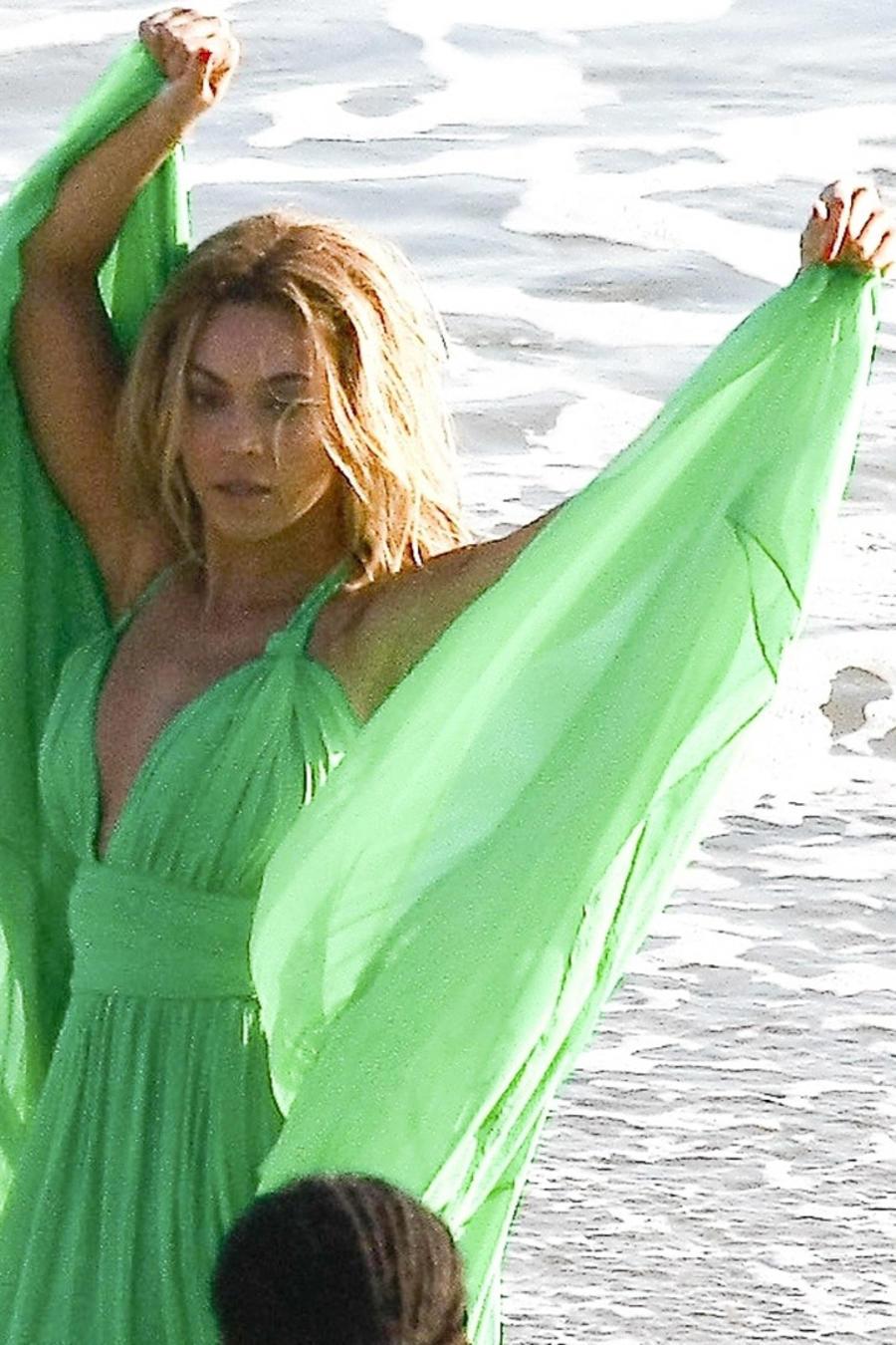Beyoncé con vestido verde 1