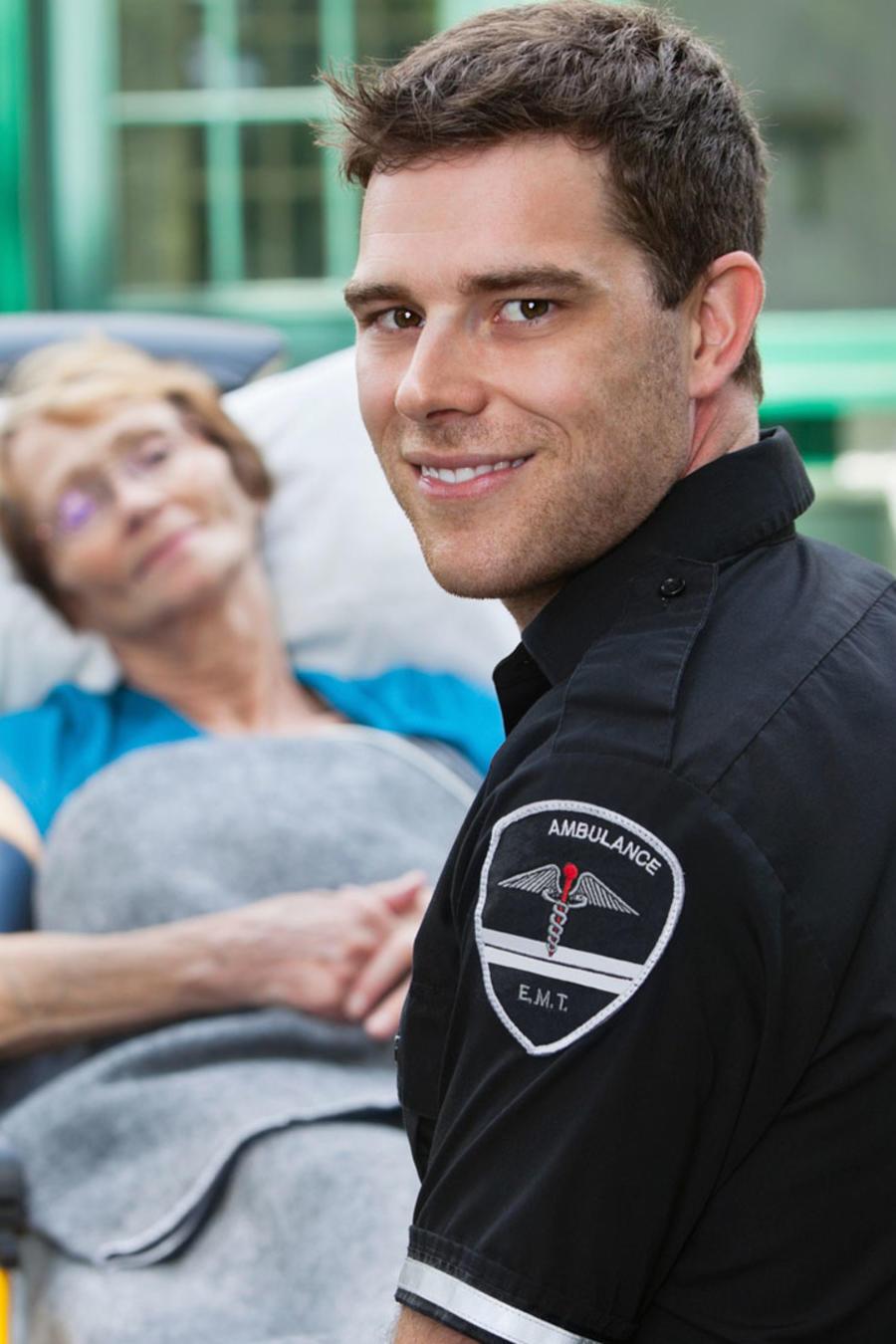 Paramédicos cargando camilla