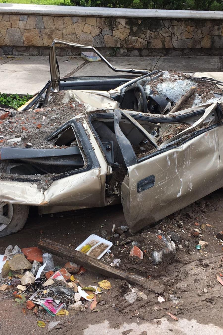 Vehículo totalmente destruido por el terremoto del 19 de septiembre en México