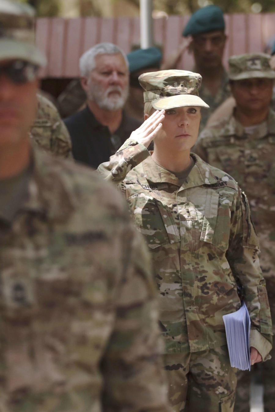 Militares estadounidenses en fila.