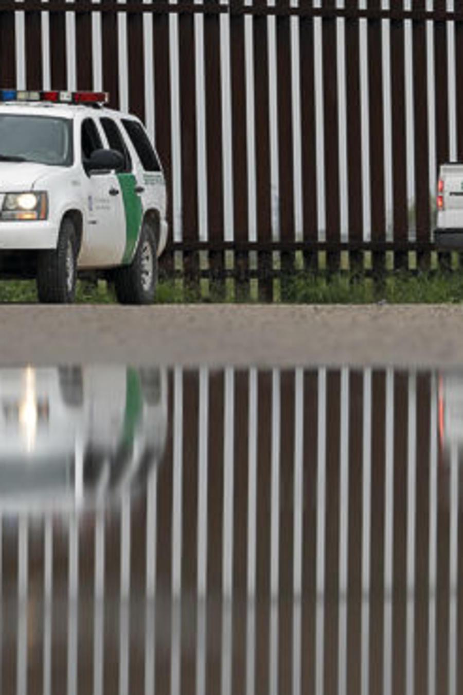 Dos vehículos de la patrulla fronteriza en la frontera entre México y EEUU