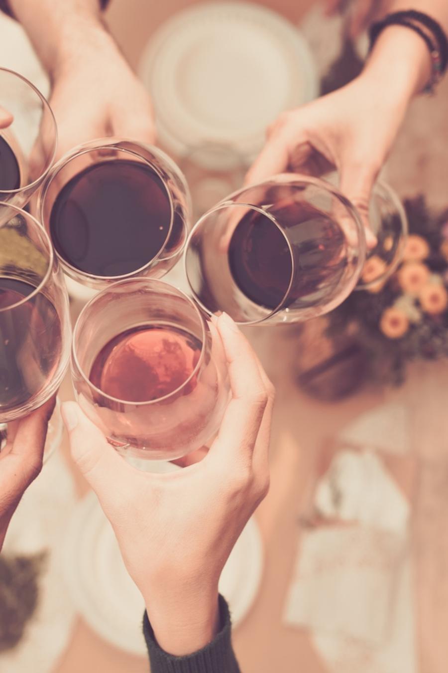 Amigos haciendo un brindis con copas