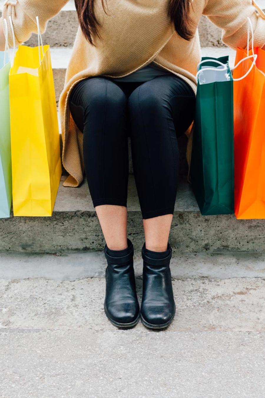 Mujer con bolsas de compras