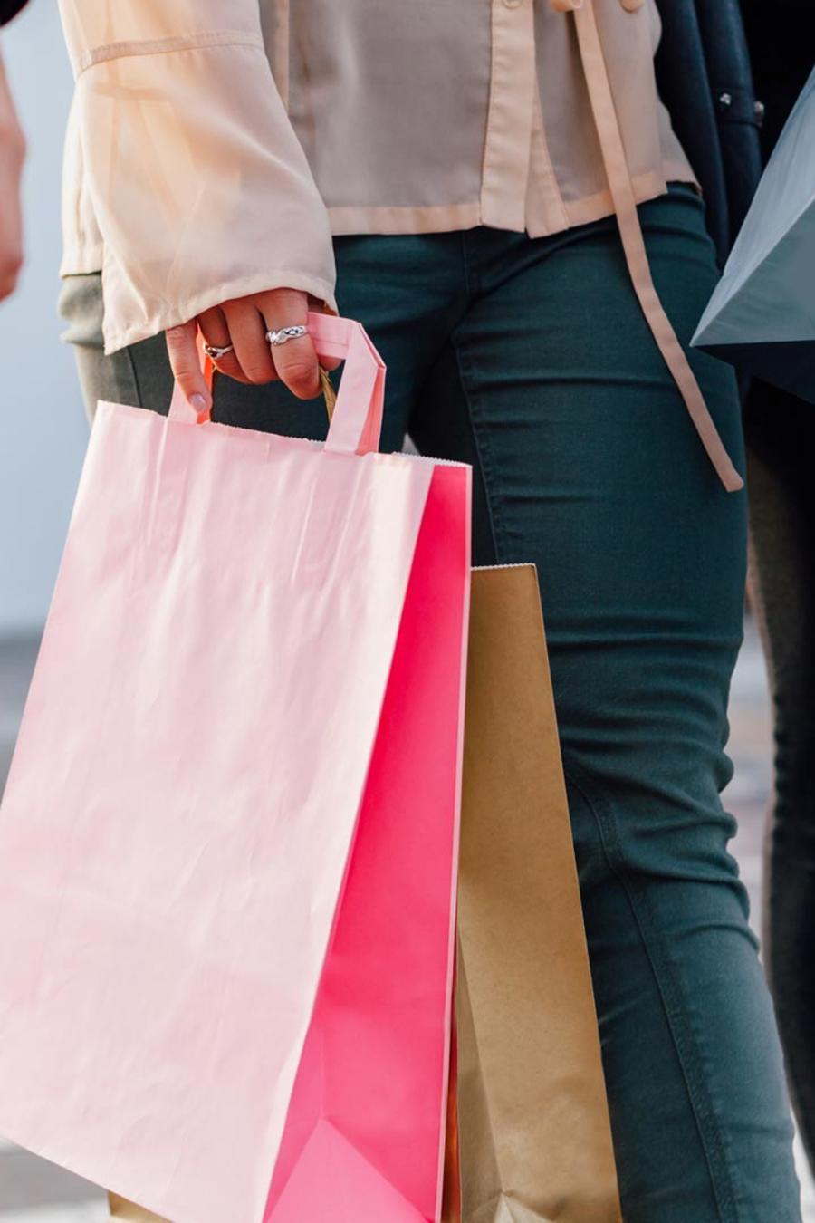 Personas con bolsas de compras.