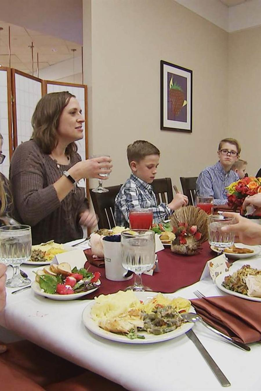 Inica Nichols, al centro, celebra el Día de Acción de Gracias con los niños que recibieron los órganos de su hijo/NBC News