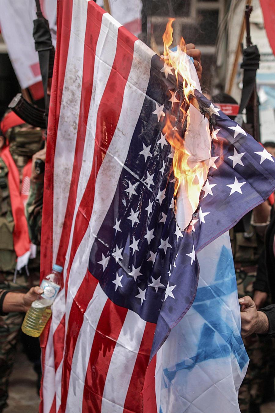 Cientos de manifestantes en Gaza queman fotos de Trump y banderas de EEUU por el traslado de la embajada a Israel.