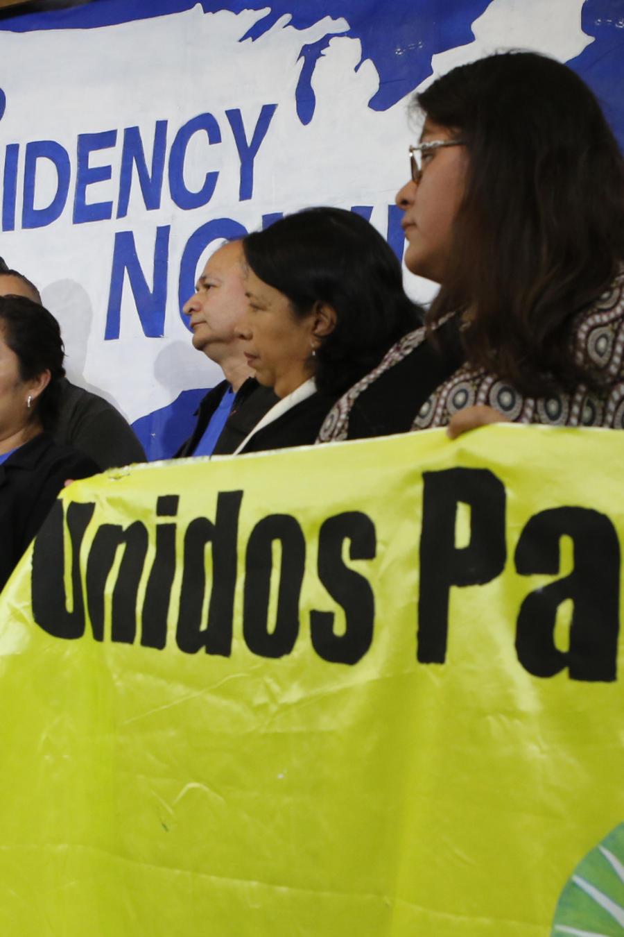 Benjamin Zepeda y Lorena Zepeda protestan contra el fin del TPS en EEUU.