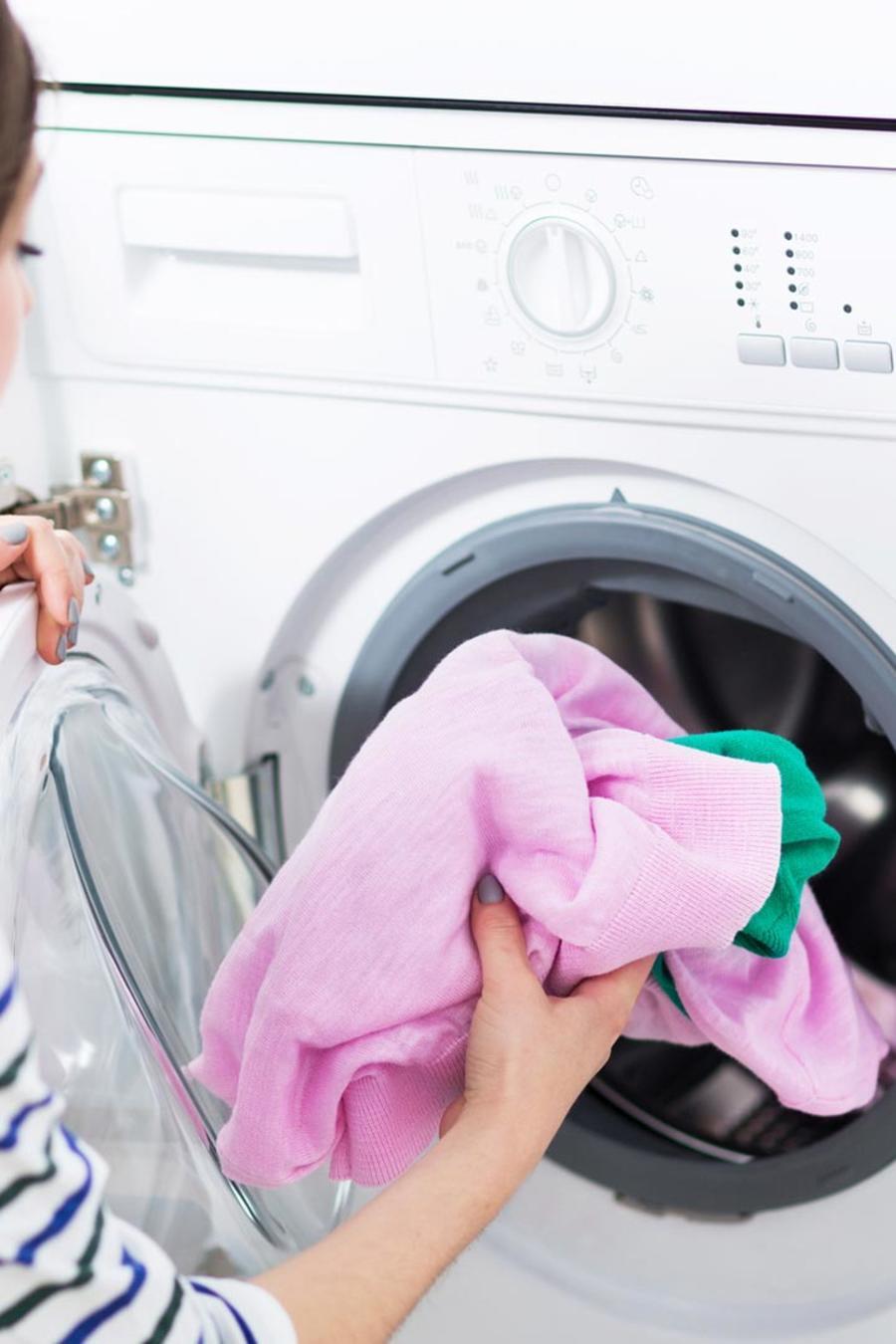 Mujer lavando ropa