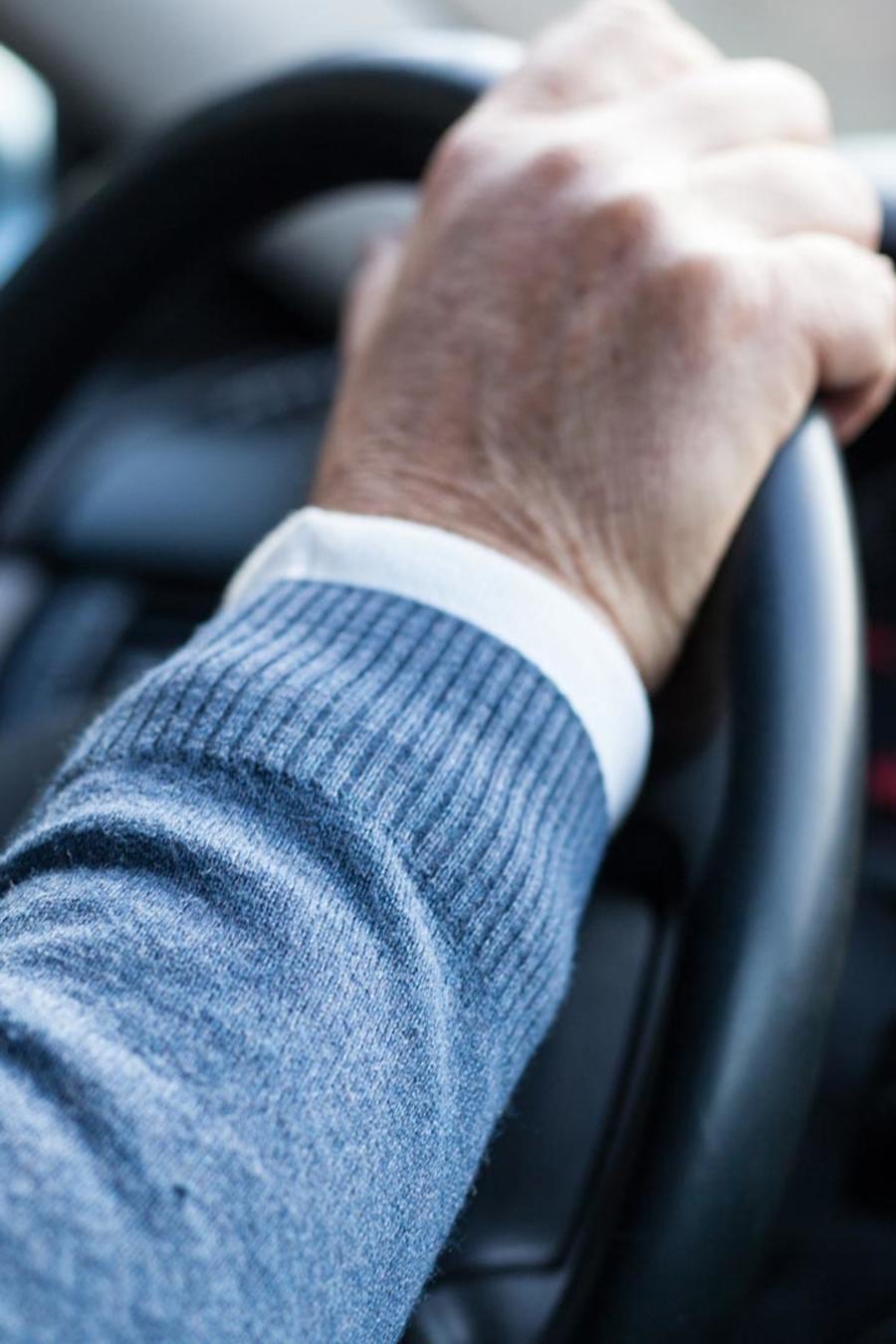 Hombre conduciendo