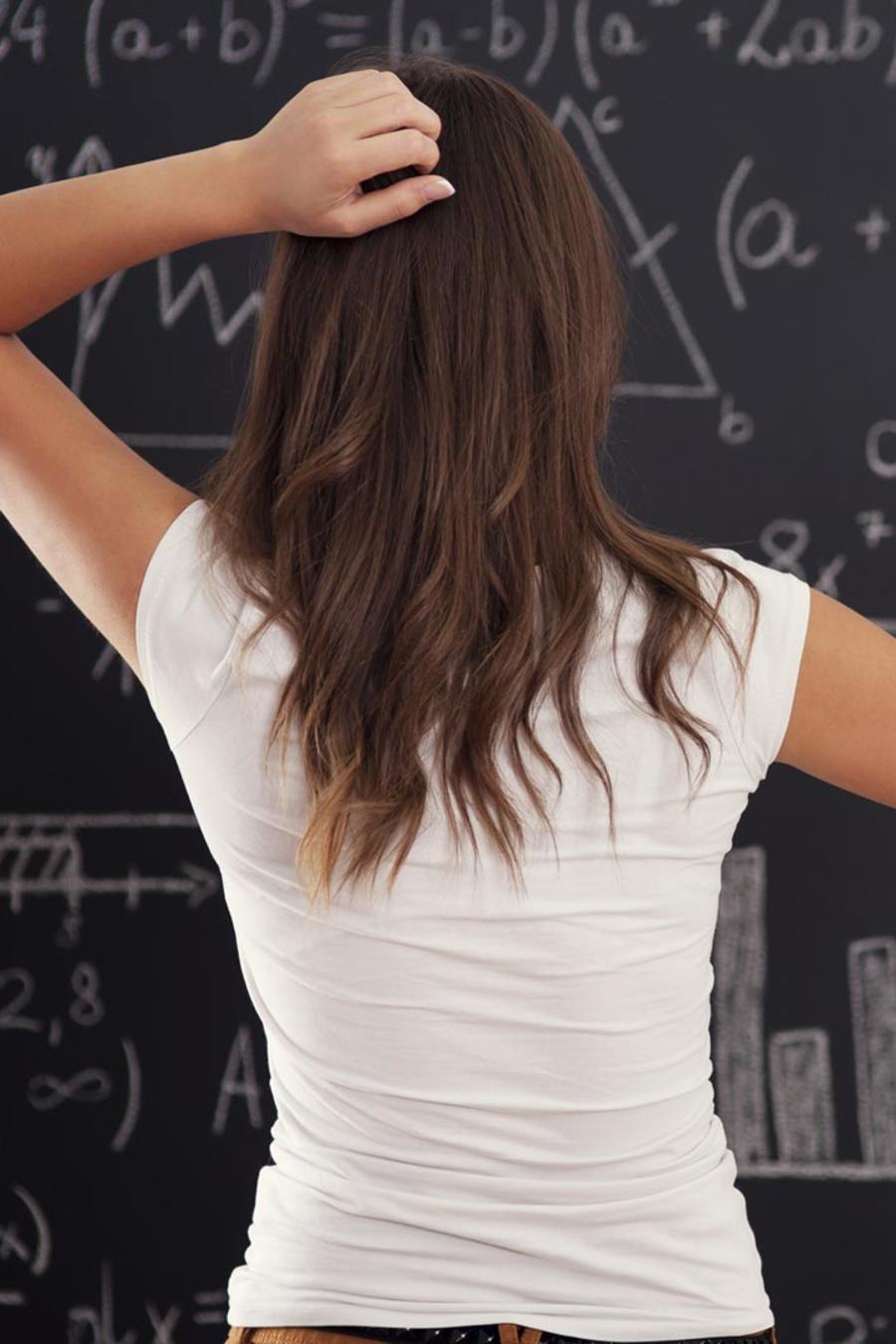 Mujer resolviendo ecuaciones matemáticas