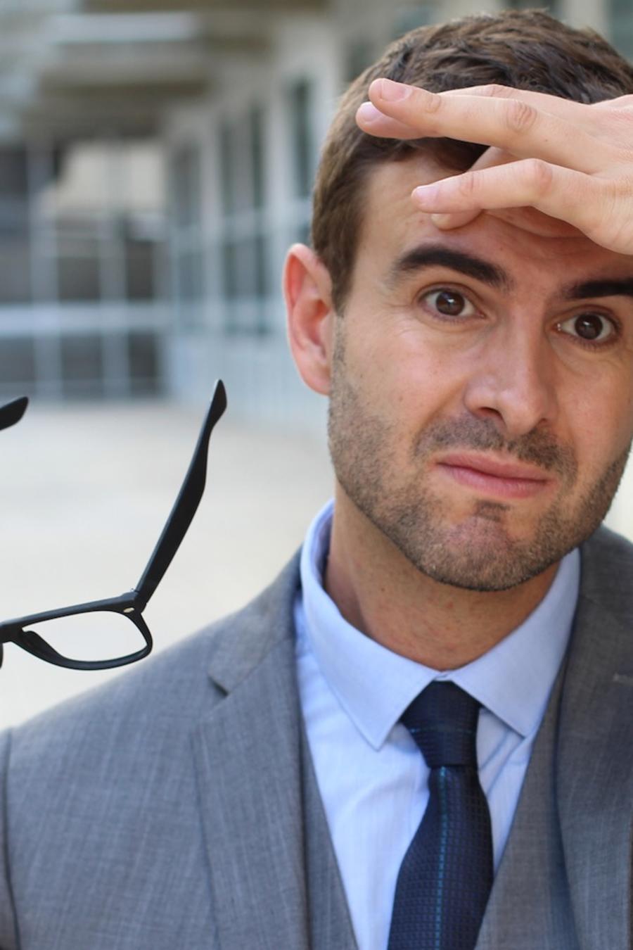 Hombre con anteojos
