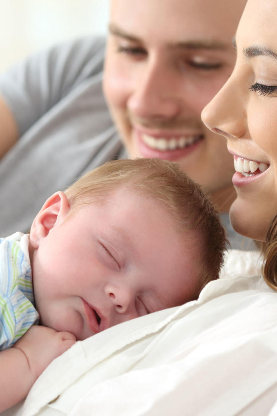 Recién nacido durmiendo sobre su madre