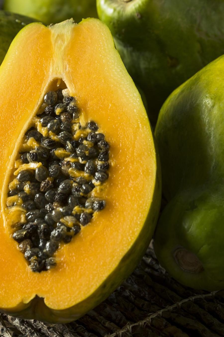 Papayas enteras y a la mitad