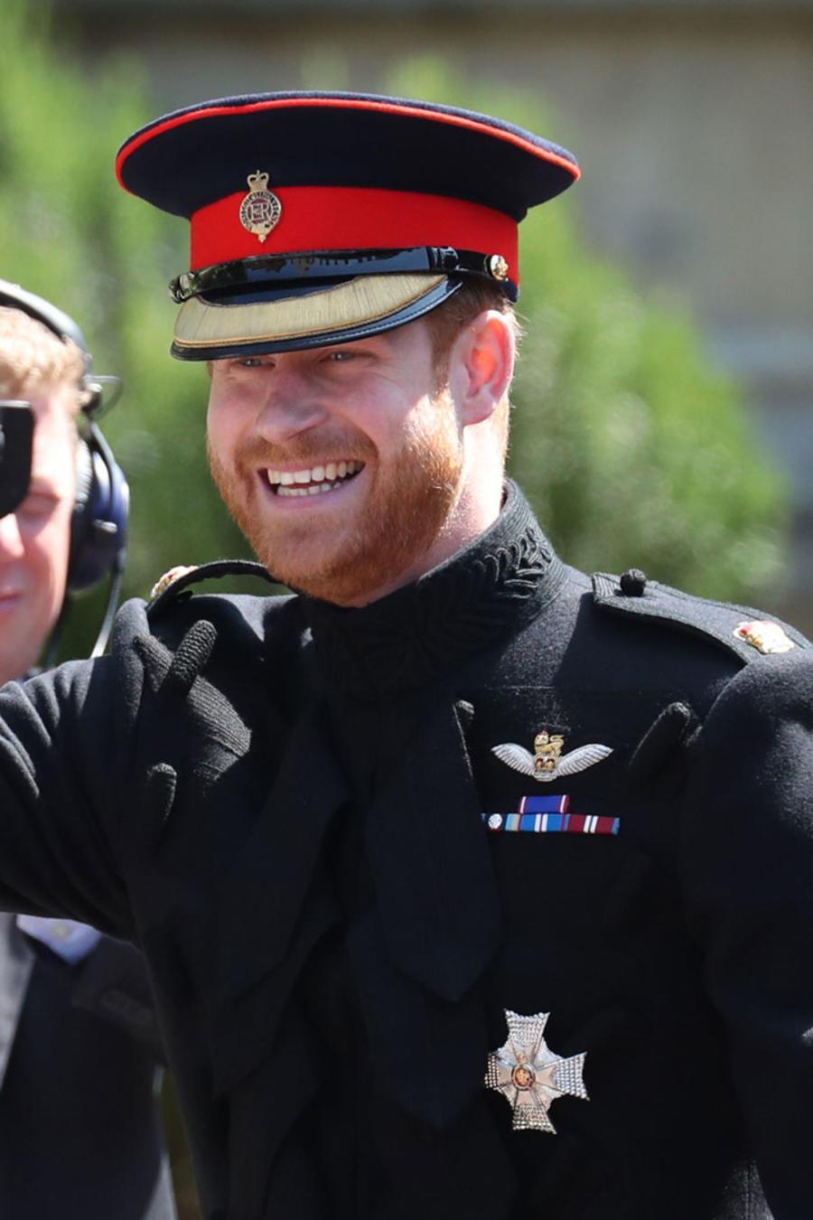 Harry saludando