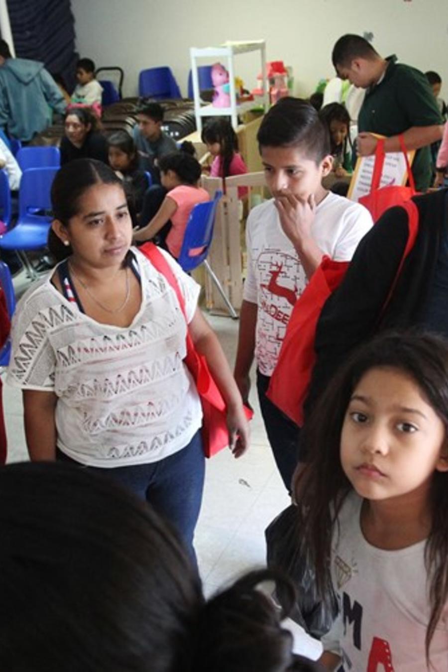 Familias en el Centro de Respiro Humanitario de Caridades Católicas en McAllen, Texas.Delcia Lopez / para NBC News