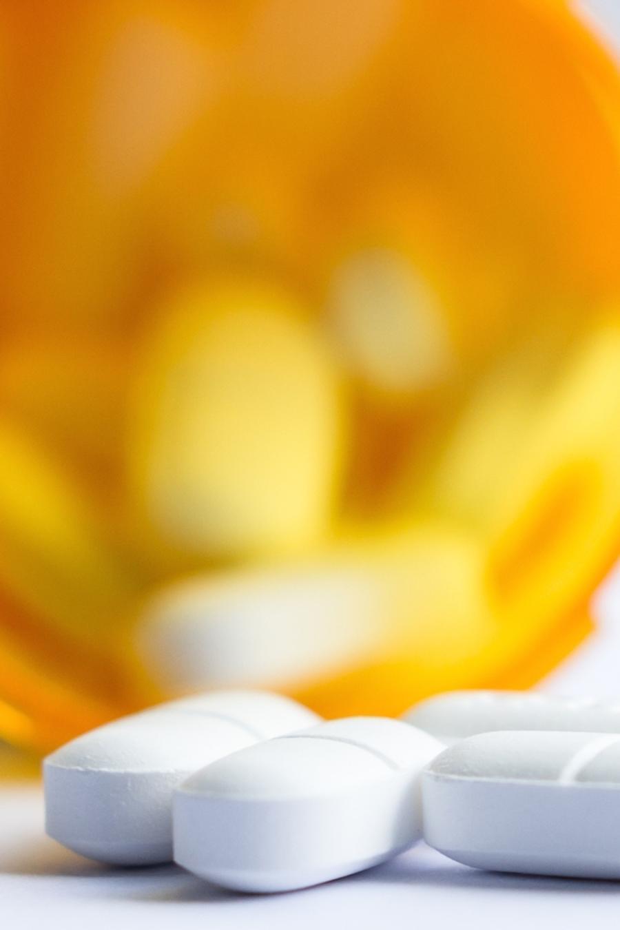 Frasco con píldoras blancas