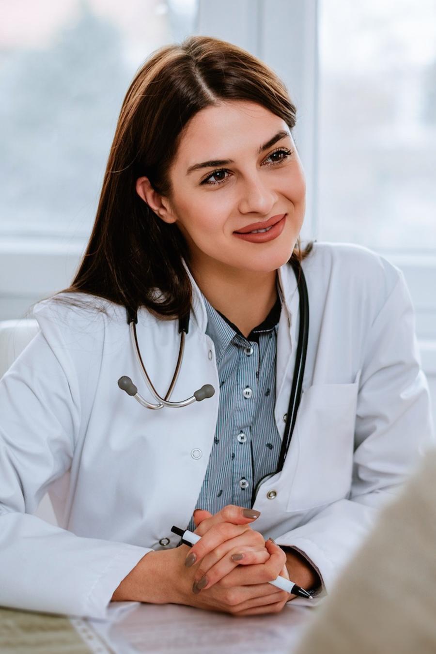 Médica y paciente conversando