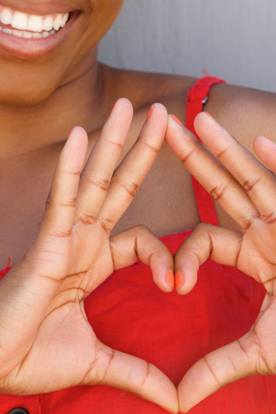 Mujer formando corazón en el pecho
