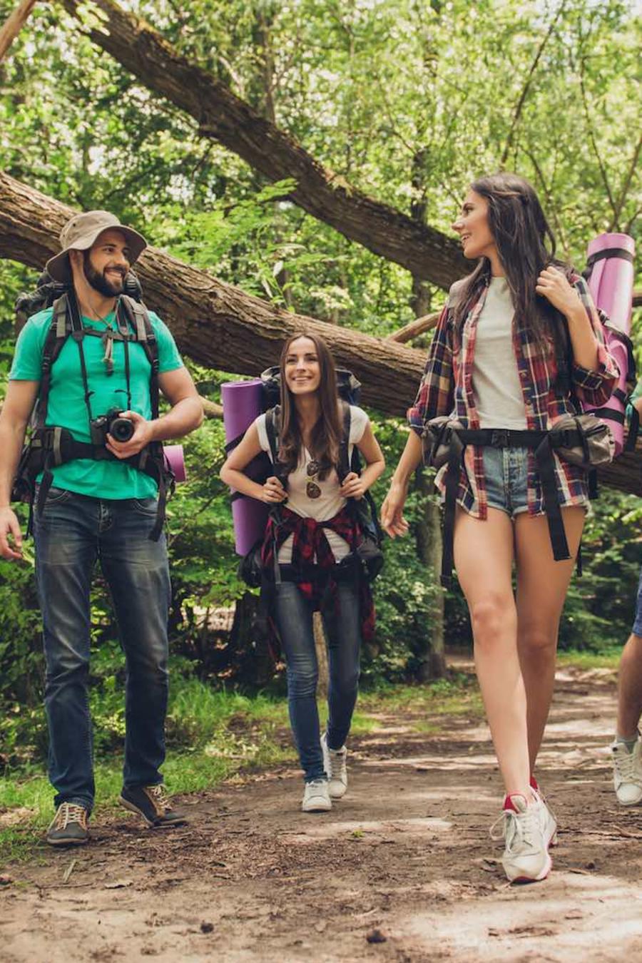 Amigos caminando por un bosque