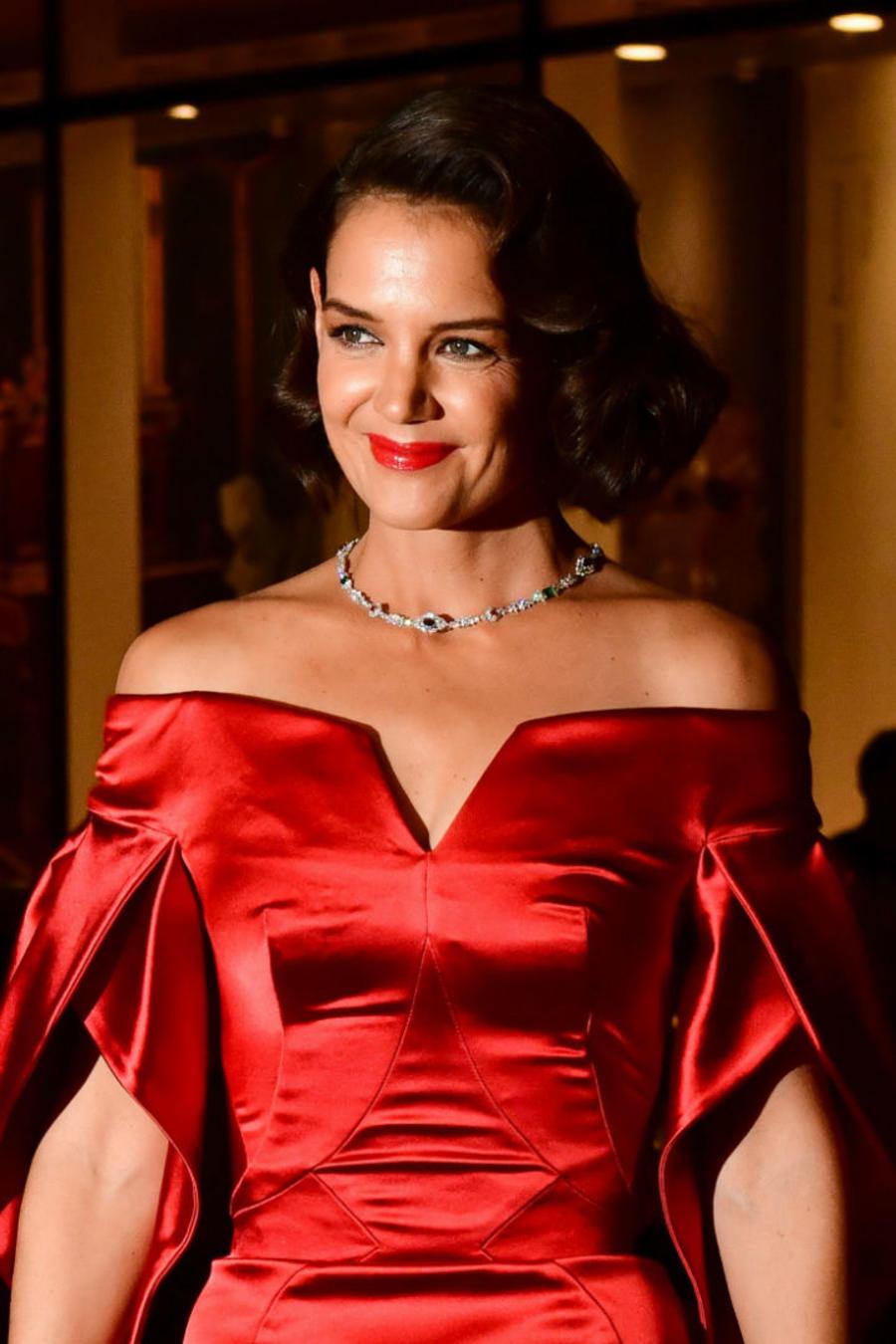 Katie Holmes con vestido rojo satinado