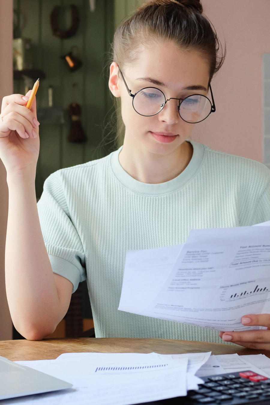 Mujer pagando cuentas