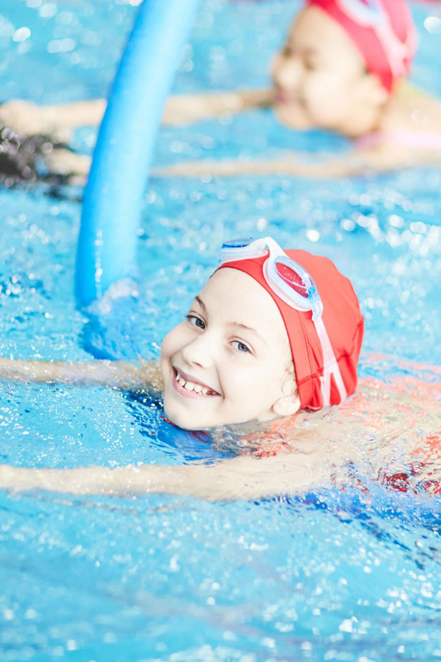 Niña en clase de natación