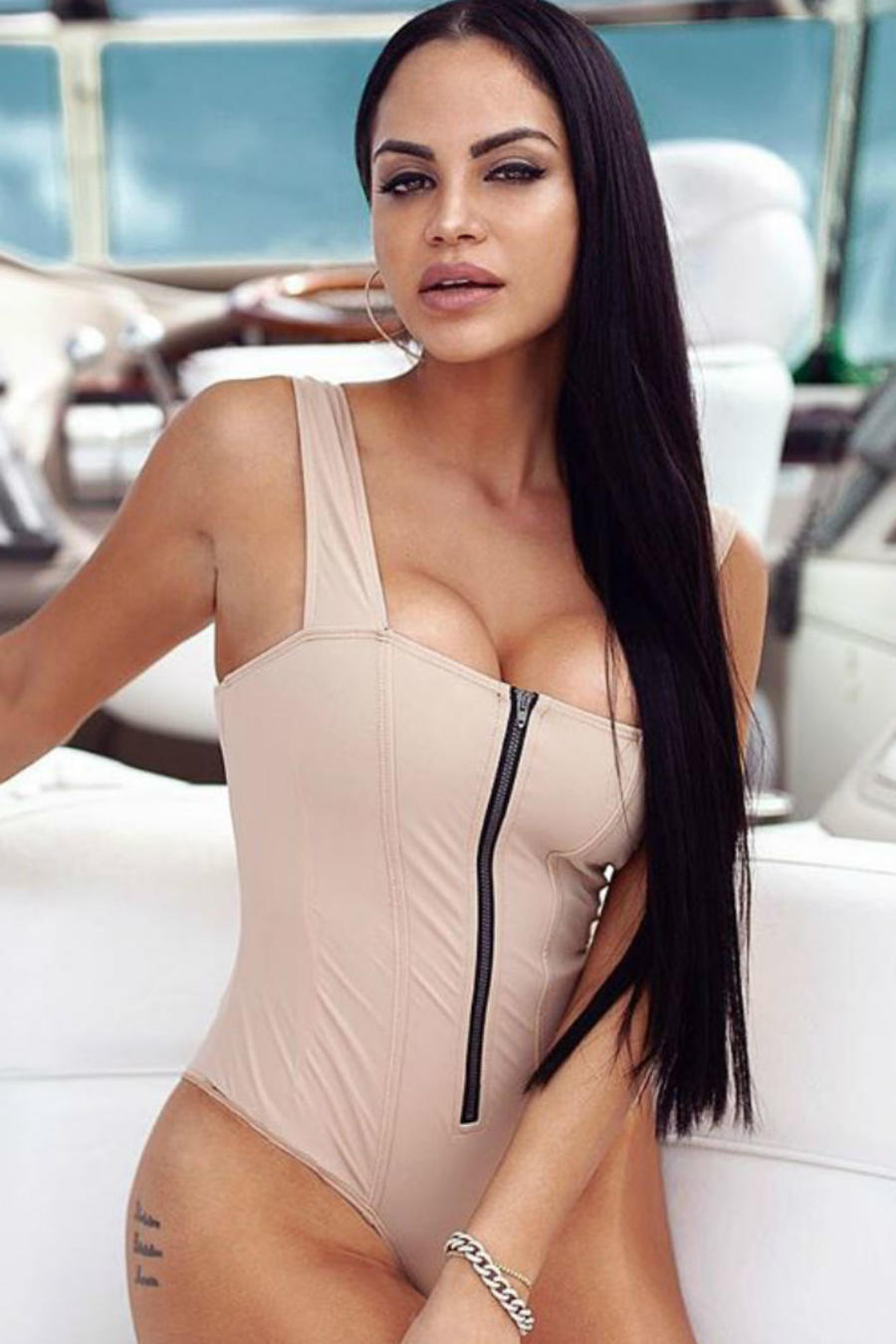 Natti Natasha y Kim Kardashian en bañador nude