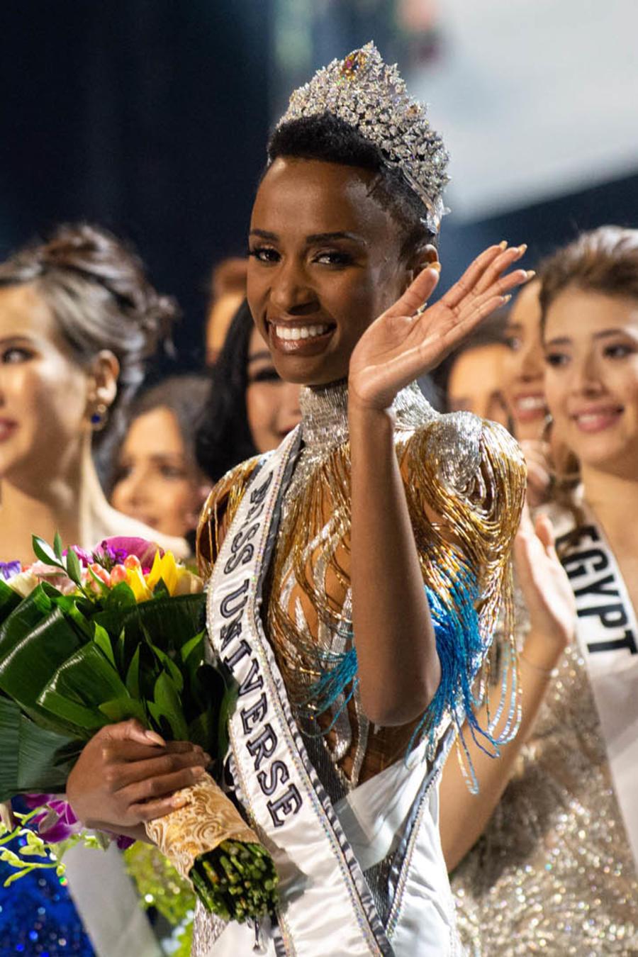 Zozibini Tunzi saluda a la audiencia como Miss Universo 2019