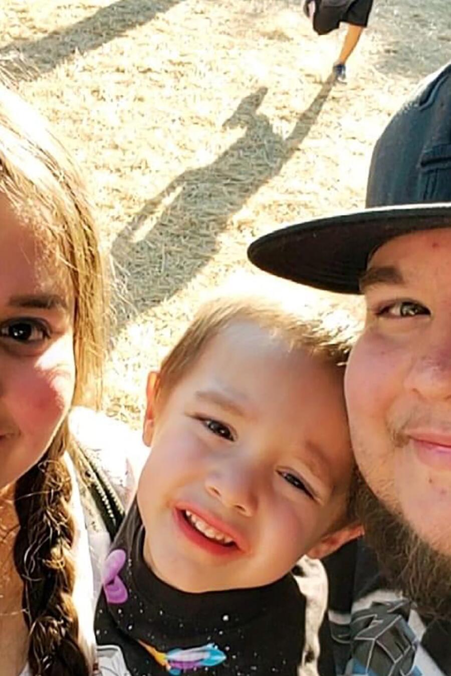 Raiden Gonzalez con sus papás.