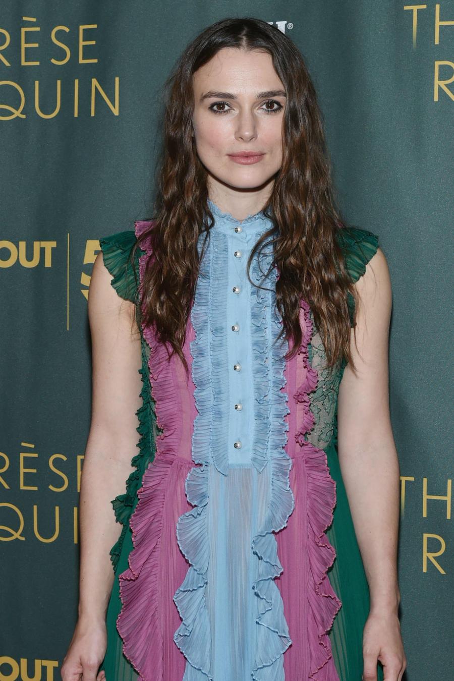 Keira Knightley con vestido rosa con verde y azul