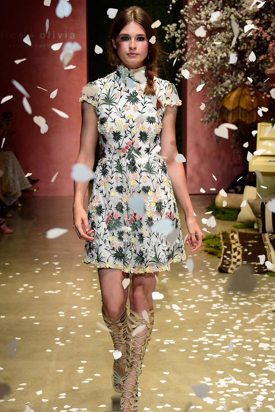 Modelo con vestido de flores en el desfile de Alice & Olivia en Hollywood